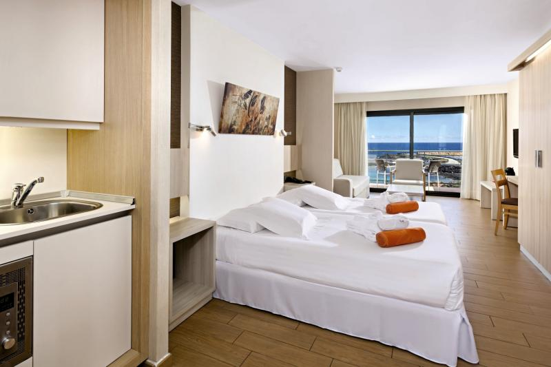 Hotelzimmer mit Tischtennis im Be Live Experience Lanzarote Beach