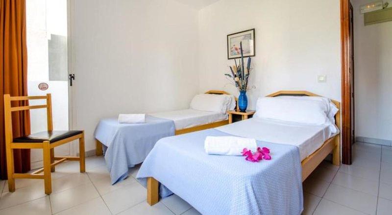 Hotelzimmer mit Tennis im Apartamentos El Faro