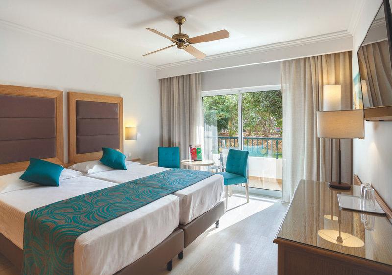 Hotelzimmer mit Mountainbike im Hotel Riu Guarana