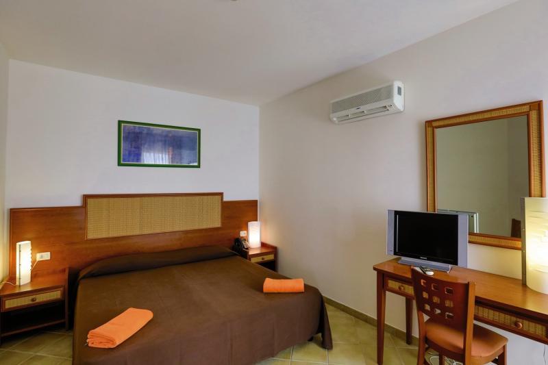 Hotelzimmer mit Volleyball im VOI Arenella Resort