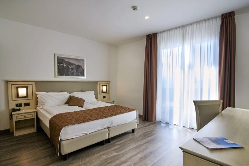 Hotelzimmer mit Mountainbike im Hotel Le Balze