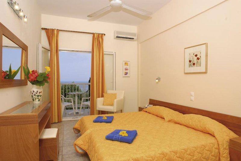 Hotelzimmer mit Mountainbike im Ipsos Beach