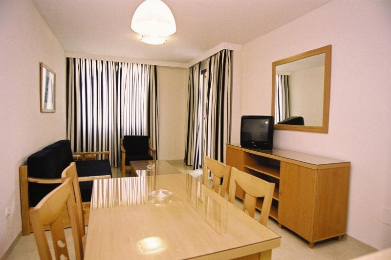 Hotelzimmer mit Mountainbike im Hotel Neptuno
