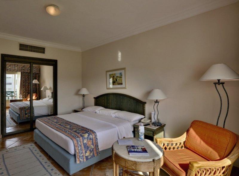 Hotelzimmer mit Volleyball im Coral Beach Resort Montazah