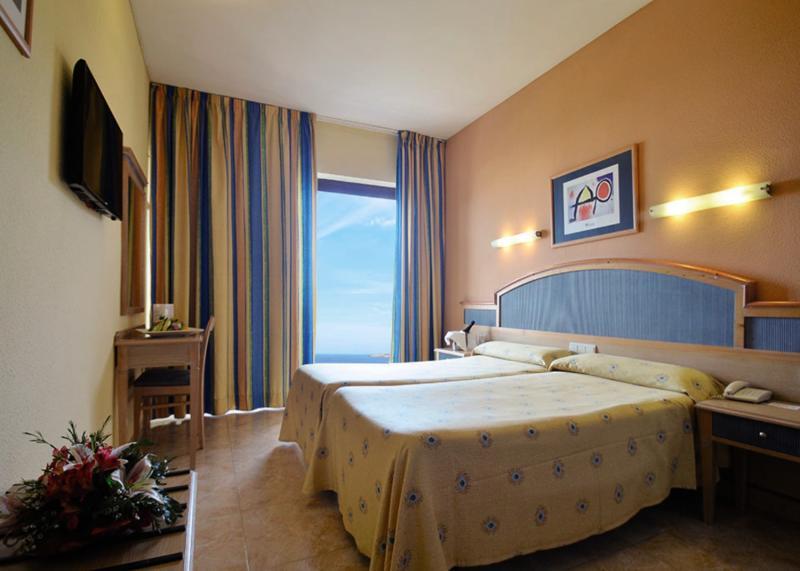 Hotelzimmer mit Minigolf im azuLine Hotel Bergantín